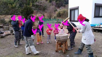 里山の幼稚園でお餅つき